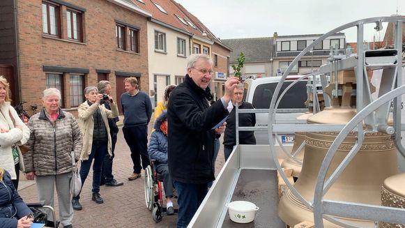 Pastoor Willy Snauwaert bij de zegening van de klokken van de Sint-Niklaaskerk