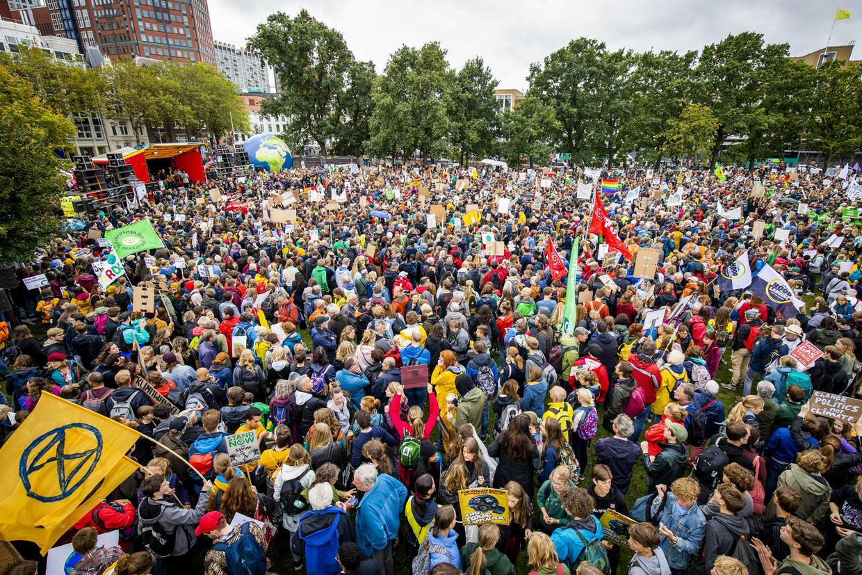 Deelnemers aan de klimaatstaking voor het Centraal Station in Den Haag. Beeld ANP