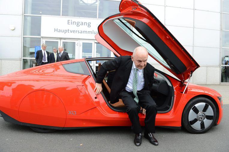 Voormalig VW-topman Ferdinand Piech stapt uit de 1-liter Volkswagen XL-1. De auto werd in 2013 gezien als opstapje naar ecologisch verantwoorde auto's maar is nooit verder ontwikkeld.  Beeld null
