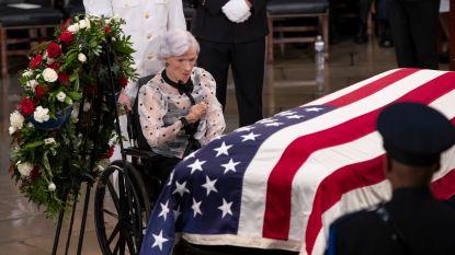 """Washington DC eert John McCain als een van Amerika's """"moedigste mensen"""", ook zijn moeder (106) neemt afscheid van haar zoon"""