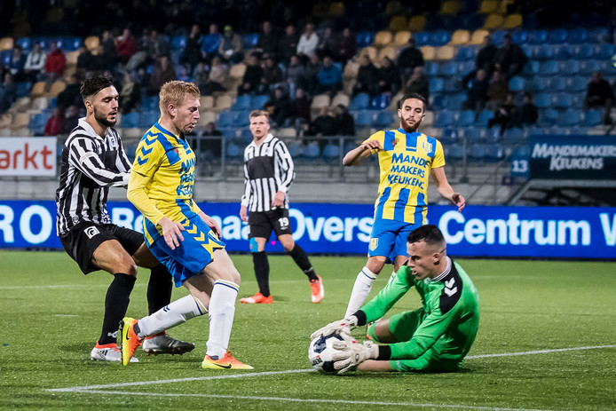 Etienne Vaessen grijpt in voor RKC Waalwijk in het duel met Achilles '29.