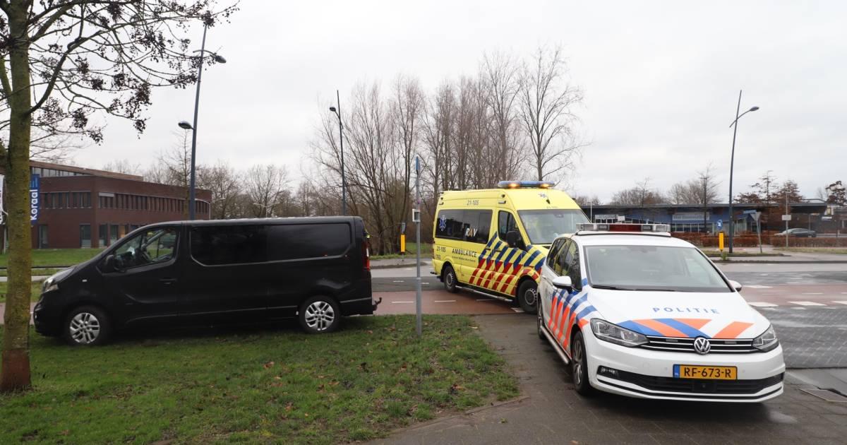 Bestelbus heeft ook hulp nodig na botsing met scooter in Boxtel: ambulancebroeders duwen hem uit modder.