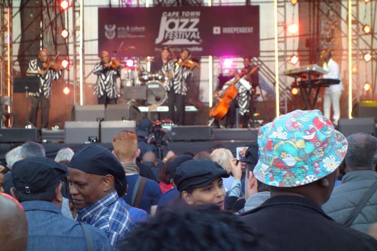 Publiek buiten bij het tentpodium. Daar speelt waarempel het Soweto String Quartet! Beeld wb