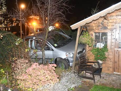 Automobilist ramt tuinhuisje in Hazerswoude-Rijndijk
