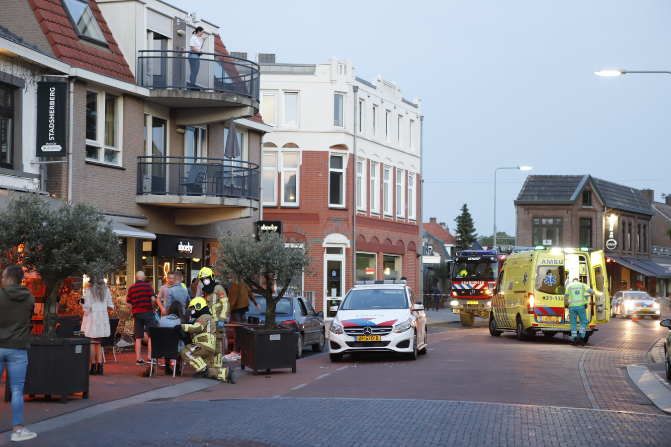 Hulpdiensten in Gennep kort nadat er een auto het terras is opgereden.