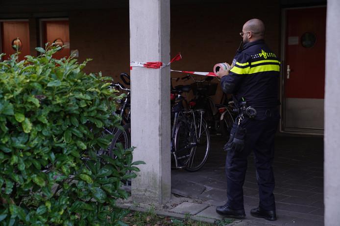De politie doet onderzoek bij de woning.