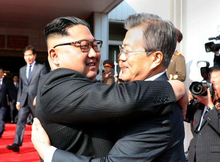 Een blij weerzien lijkt het, tussen beide leiders.
