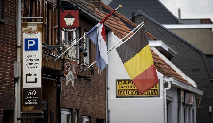De Nederlandse en Belgische vlag in Baarle-Nassau.