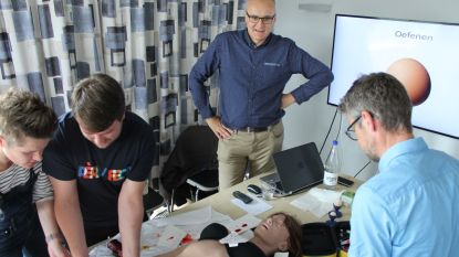 Spoedverpleegkundigen mogen voor het eerst met botboor oefenen op simulatiepoppen in de plaats van op kippenboutjes