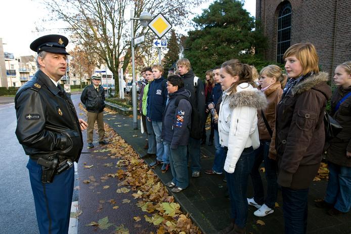 Nederlandse en Duitse scholieren op de grens in Dinxperlo. De leerlingen uit Gouda en Bocholt bezochten het plaatselijke politiebureau.