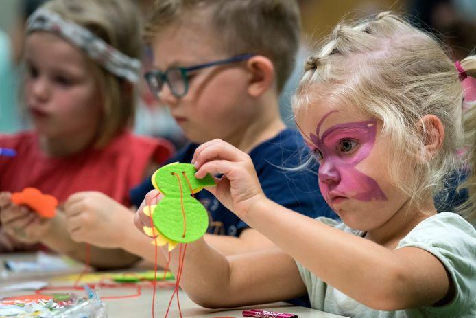 De vierjarige Fieke Sebregts gaat helemaal op in haar knutselwerk bij Jeugd Vakantie Vreugd Drunen.