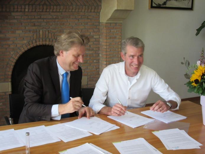 Jan Kaak van de Kaak Groep en burgemeester Jan Hamming van Heusden tekenen de koopovereenkomst.