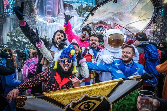 Sommige festivalgangers lijken buitenaards, andere zijn het en komen als astronaut.