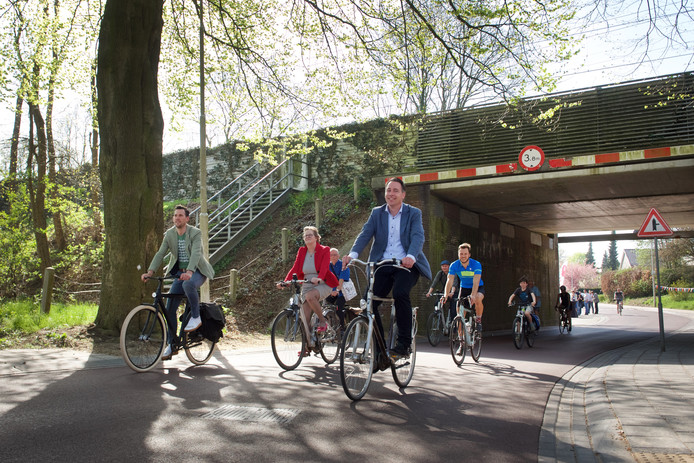 Het stuk van het Nederrijnpad dat al wel in gebruik is als snelfietsroute, bij Oosterbeek. Het gehele fietspad is pas op zijn vroegst in 2022 gereed door een blunder. Deze foto is genomen tijdens de onthulling van het fietspad, in april 2018.
