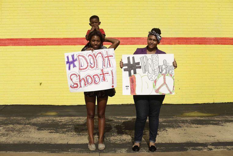 Twee demonstranten in Ferguson. Beeld AFP