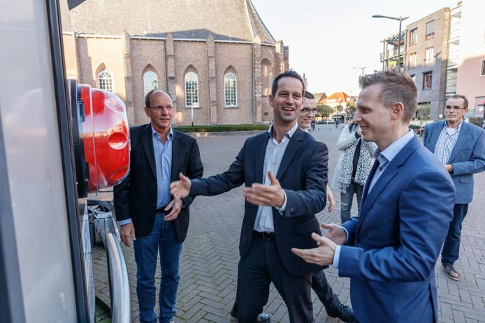 Jean-Pierre Schouw installeert een AED op het Raadhuisplein, in het bijzijn van o.a. voorzitter Eric Tak (links) van Stichting Hartveilig Etten-Leur en Bas Beesems namens de sponsorende Juniorkamer (rechts).