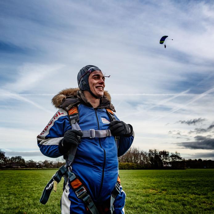 Ook voor de 24-jarige Nicholas Mills uit Etten-Leur was de tandemsprong een grote wens die in vervulling ging: ,,Een dag om nooit te vergeten.''