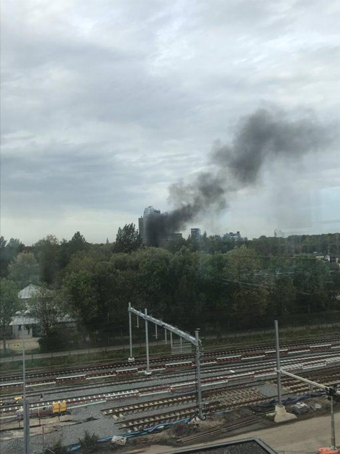 Zwarte rookpluimen zijn boven Zwolle te zien