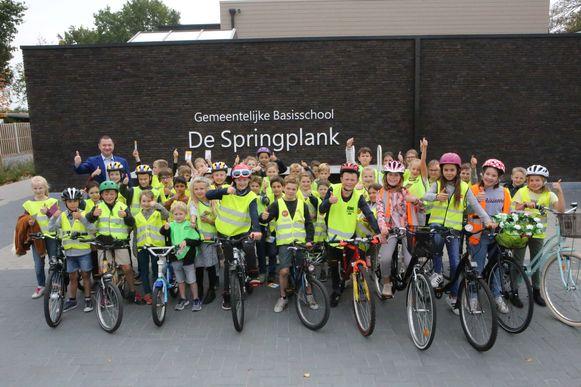 De leerlingen schitteren in hun fluohesje op de fiets.