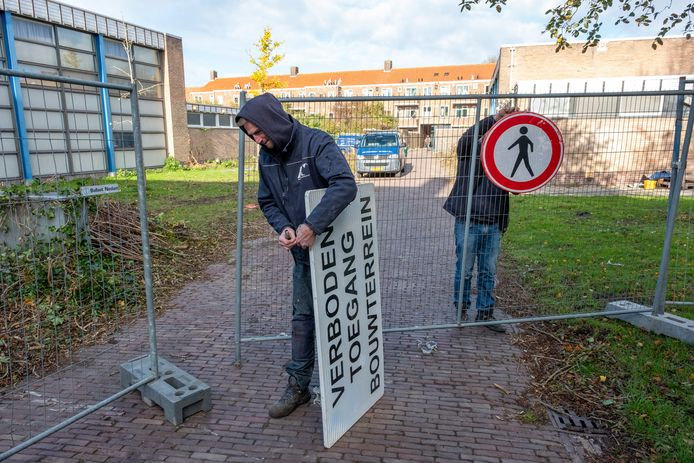 Bouwgroep Peters heeft maandag het terrein rond de gymzalen aan de Rotterdamsekaai afgesloten. De gymzalen worden deels gesloopt. Het skelet blijft staan en daarbinnen worden kleine, duurzame huurhuizen gebouwd in opdracht van Woongoed Middelburg.