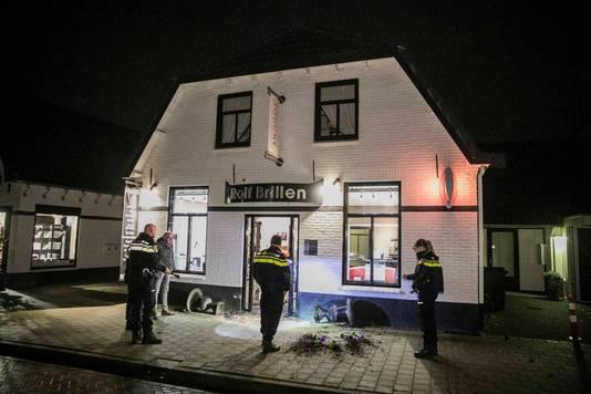 Rolf Brillen aan de Smidsstraat te Elst is in de nacht van woensdag op donderdag voor de vierde keer slachtoffer geworden van een ramkraak
