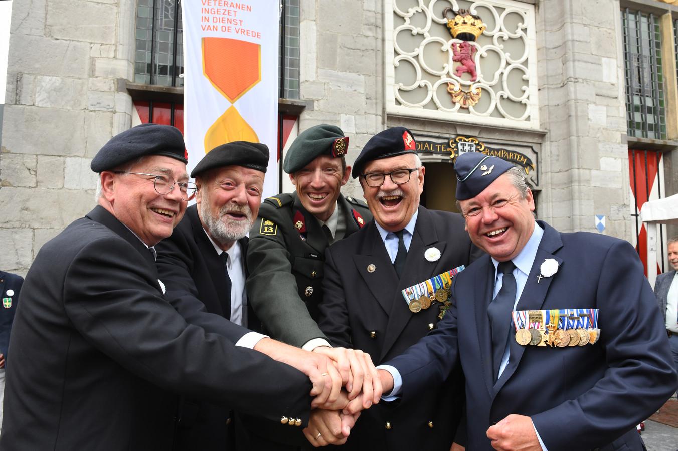 Veteranen ontmoeten elkaar in Vianen. Van links naar rechts Vincent Koenders uit Zijderveld, Heimert Horbeek uit Leerdam, Lars Oostrom uit Vianen, Jan Bruning uit Vianen en Eric van Rosmalen uit Lexmond.