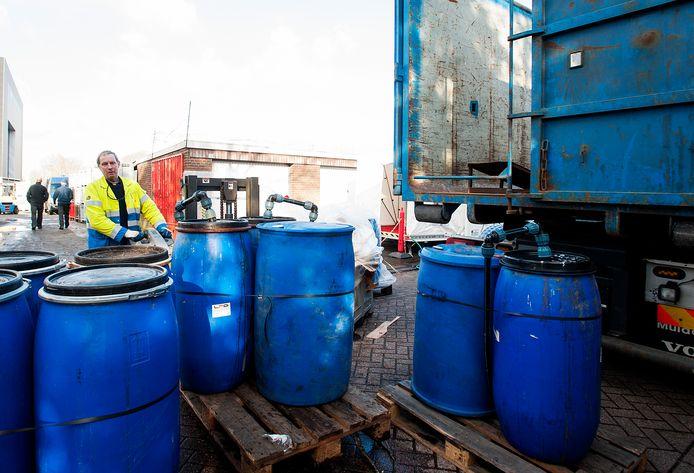 De vaten die gevonden werden bij een amfetaminelab in Tilburg, in 2013.