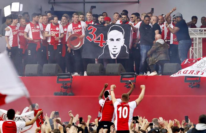 De spelers van Ajax op het podium samen met de vader en broer van Nouri tijdens de huldiging op het Museumplein