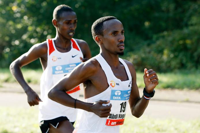 Abdi Nageeye (rechts) in actie tijdens de Amsterdam Marathon 2017.