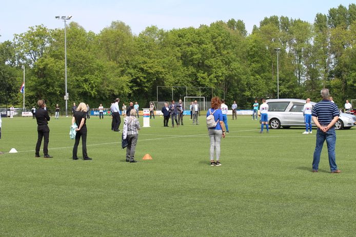 Honderd belangstellenden namen in mei afscheid van Ben Herbers op het veld van SC Botlek.