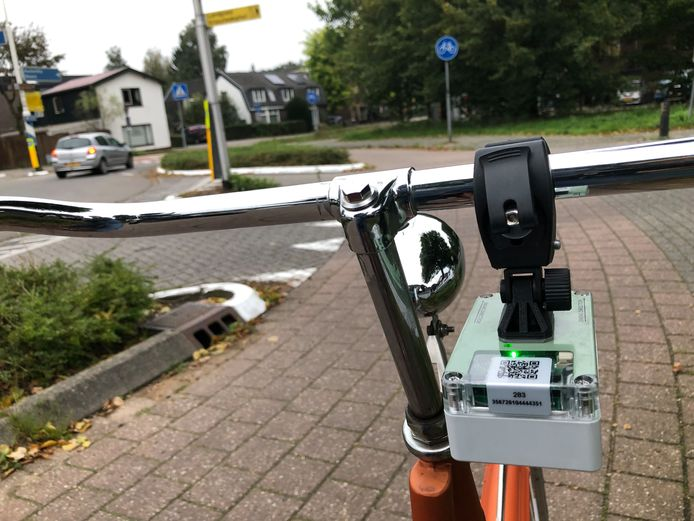 De sensor aan het fietsstuur meet de hoeveelheid fijnstof, maar ook snelheid en bijvoorbeeld opstoppingen in het verkeer.