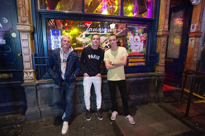 Wouter, Jeroen en Thijs komen zaterdag bij café Janssen hun jas ophalen. 'Nu we er toch zijn, blijven we ook maar even wat drinken'