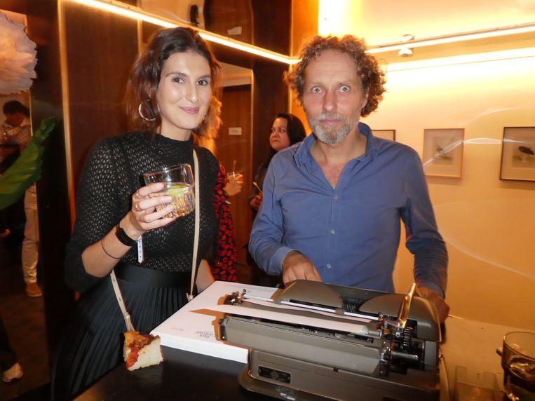 Margaux Black (creative) kreeg een getikte gedicht van David Mulder, sneldichter op een oude Triumph, voor al uw feesten. Beeld Hans van der Beek