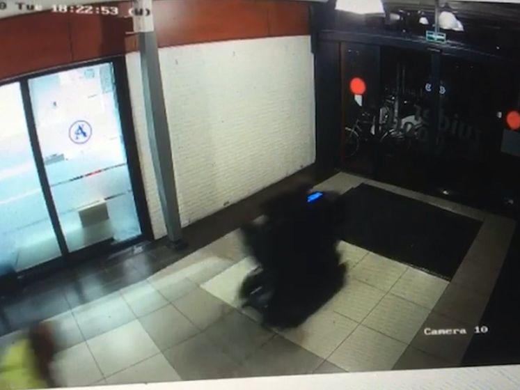 Scootmobiel ramt pui van winkelcentrum in Wijchen