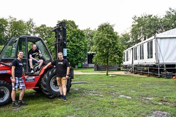 De opbouw in het stadspark voor Denderpop is volop bezig. De organisatoren maken zich op voor een recordeditie.