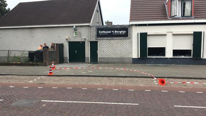 De schade aan en rond café 't Berghje. In de gevel zitten tientallen inslagen. Links in de deur, waar onder andere kroegbaas Antoine van den Bergh bij staat, zit ook een gat.