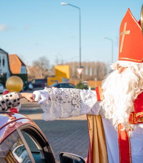 Kinderen in de coronavrije snoepstraat langs Sinterklaas