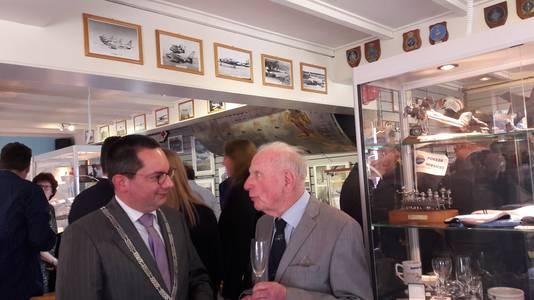 Burgemeester Steven Adriaansen van Woensdrecht in gesprek met een van zijn voorgangers Jan de Leeuw in het nieuwe luchtvaartmuseum in Ossendrecht.