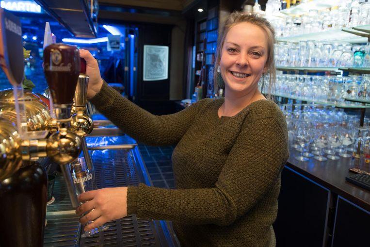 Lien De Croock tapt vanaf donderdag de pintjes in het bekende café De Luchtbal.