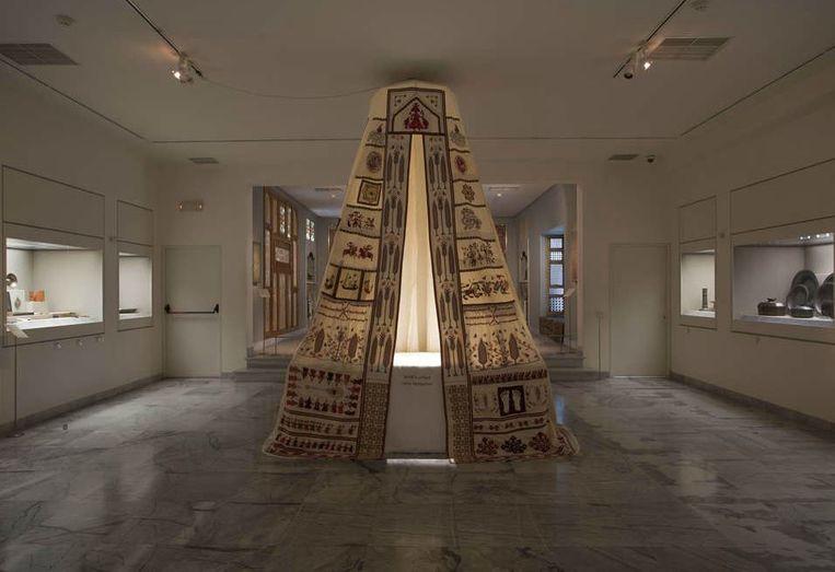 'Sperveri', Mounira Al Solh. Sperveri verwijst naar de traditionele decoratie van een bruidsbed uit Rhodos. Al Solh liet zich inspireren door verhalen van vluchtelingen. Beeld Museum of Islamic Art
