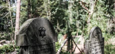 Alleen maar vervallen grafstenen op Joodse begraafplaats in 's-Heerenberg: 'Schandalig hoe het erbij ligt'