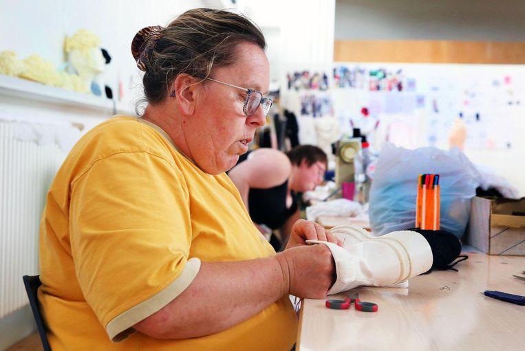 Mieke werkt vol concentratie aan één van de kleedjes die ze mee hielp maken.