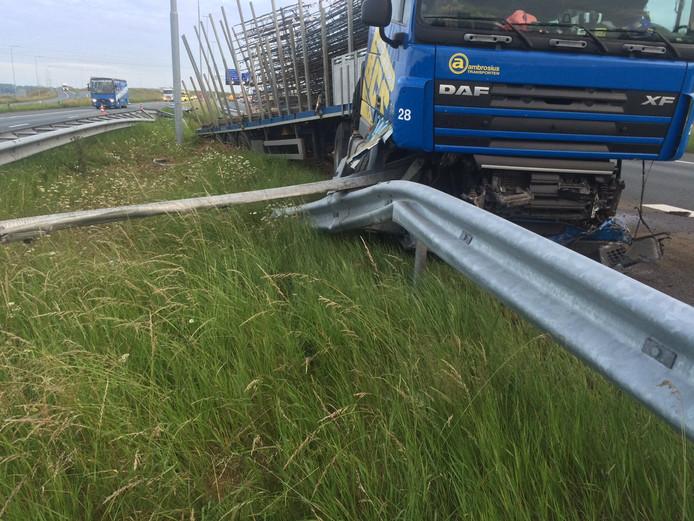 De vrachtwagen werd geremd door de vangrail.