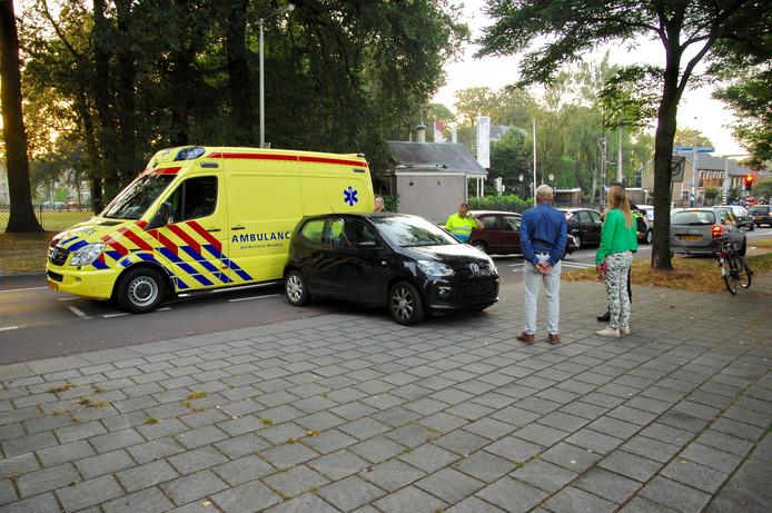De aangereden fietser is met onbekend letsel naar het ziekenhuis gebracht.