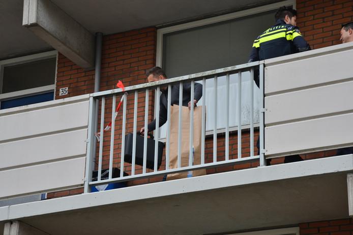 De politie is maandag bezig met onderzoek in de Sandenburgstraat