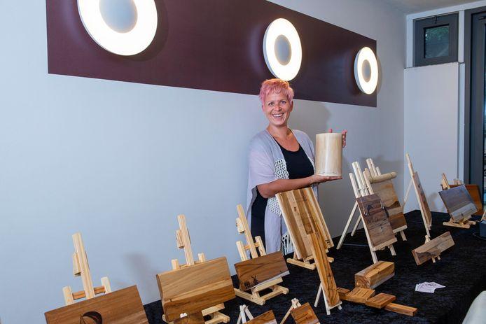 Mascha Bossuyt doet met haar houten kunstwerken mee aan de Kunstroute komend weekeinde in Rhenen.