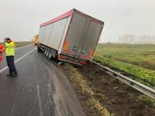 Vrachtwagen in de berm: N50 richting Emmeloord dicht