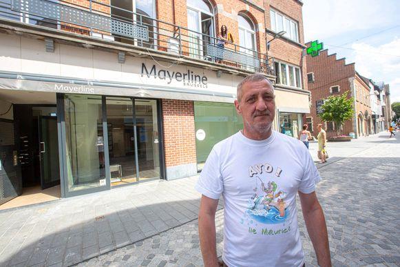 René Ceugniez in een T-shirt dat hij, net als een paar sandalen, in het ziekenhuis kreeg. Toen hij werd afgevoerd droeg hij enkel ondergoed, kousen en een short.