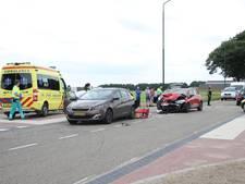 Automobilist botst op stilstaande auto in Oploo