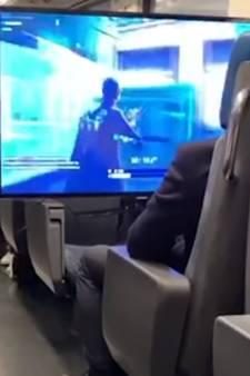 Il sort son écran géant et sa Playstation et commence à jouer... dans le train